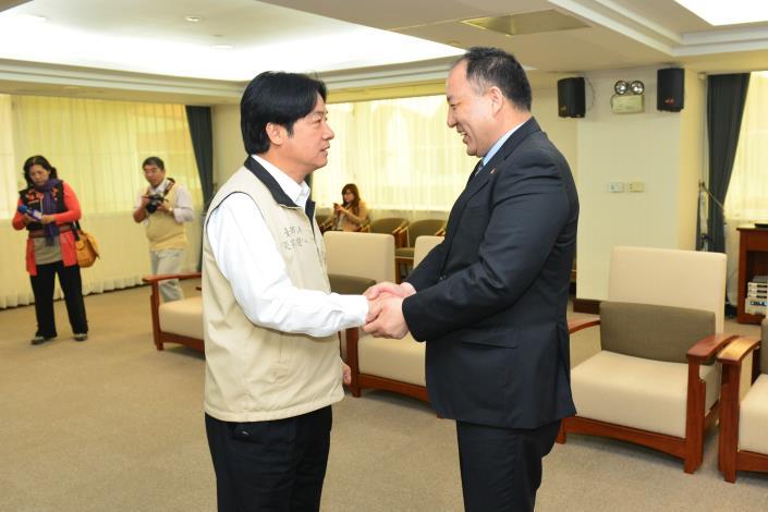 賴市長與達賴喇嘛西藏宗教基金會達瓦才仁董事長握手致意