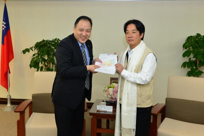 賴市長代表台南市政府接受達賴喇嘛西藏宗教基金會捐贈的五萬元美金支票