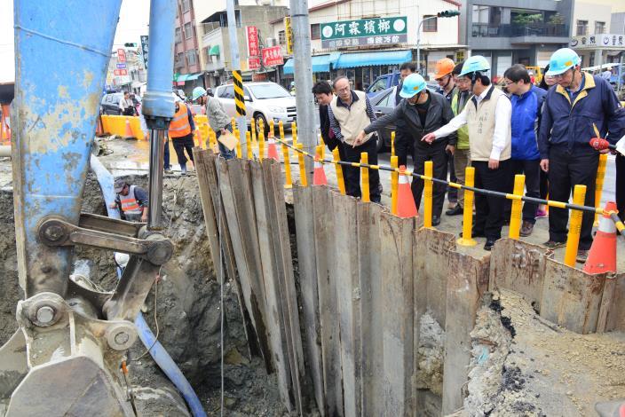 賴市長視察永大路水管修復進度