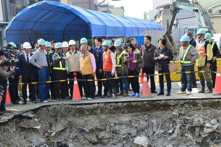 賴市長陪同行政院張院長視察永大路自來水管路修復情形