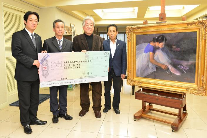 賴市長代表台南市政府接受陳輝東老師義賣所得的一百萬元震災善款