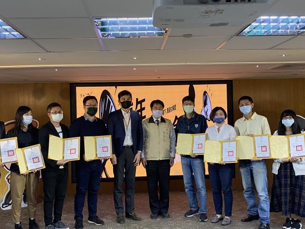 市長與研考會主委頒發第一屆青委感謝狀