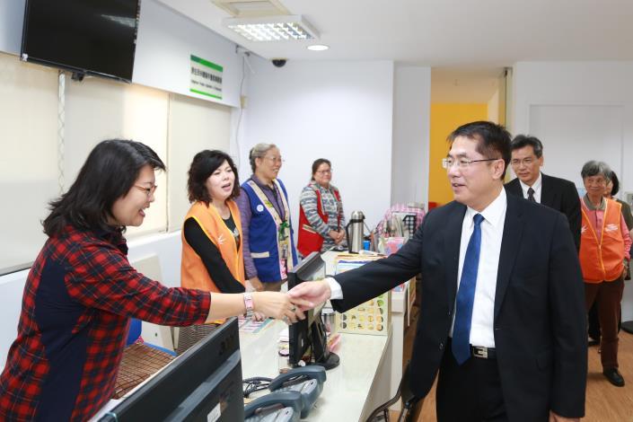 黃市長也在局處首長的陪同下,訪視各局處辦公室,為市府同仁加油、打氣。