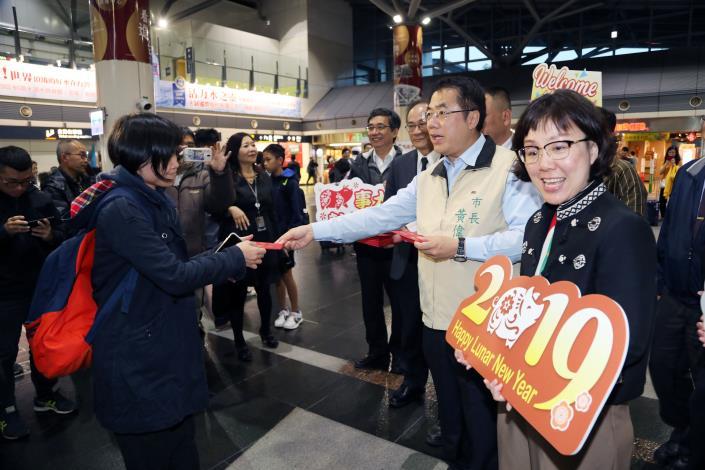 黃偉哲市長台南高鐵發紅包 歡迎遊子回家(共5張)-1