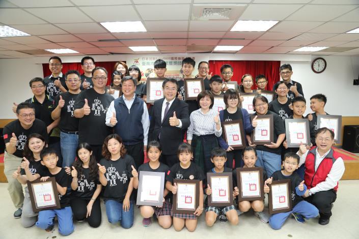 南市代表隊參加日本加賀RoboRave國際機器人大賽獲佳績 黃市長接見表揚:未來寬列經費,培育科技人才(共8張)-1