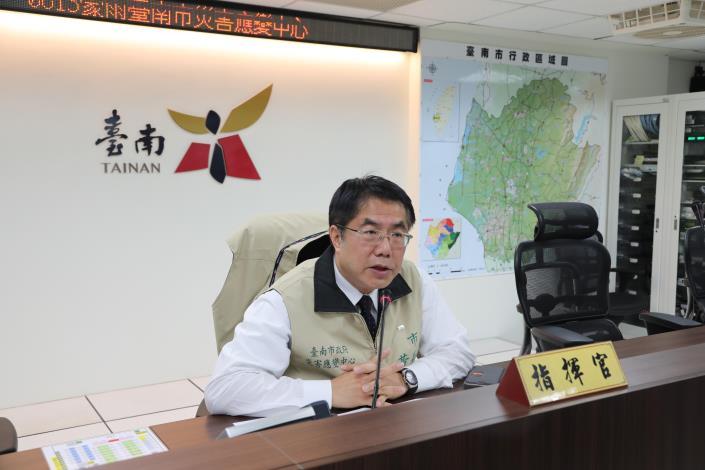 黃偉哲市長坐鎮台南市0813豪雨災害應變中心指揮(共2張)-1