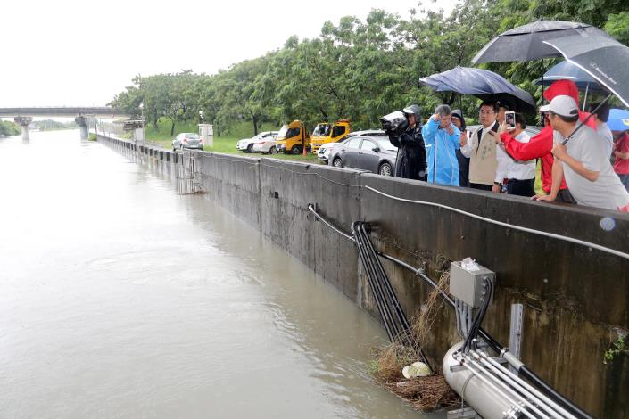 連夜豪大雨造成台南局部地區淹水 蔡總統今晨致電黃市長關切災情(共4張)-1