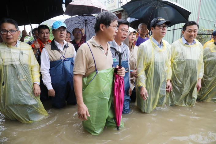 黃偉哲市長陪同陳其邁副院長視察三爺溪等淹水地區(共4張)-1