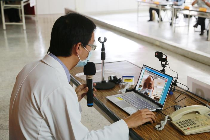 醫生與居家隔離病患進行通訊診療