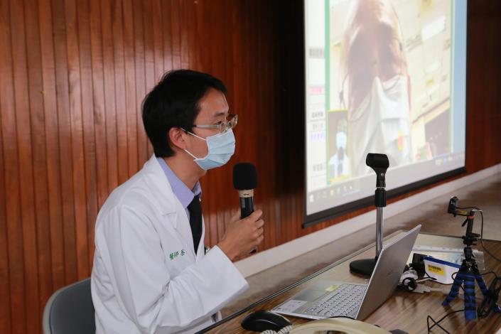 醫生與居家隔離病患進行視訊診療