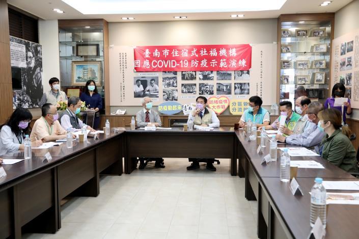 台南超前部署養護機構防疫應變演練 黃偉哲零距離視察關懷院內長輩(共6張)-1