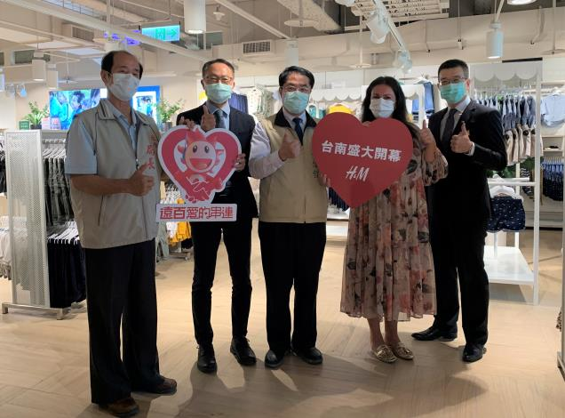 H&M台南大遠百專櫃新開幕 黃偉哲感謝企業暖贈南市監護兒少新衣