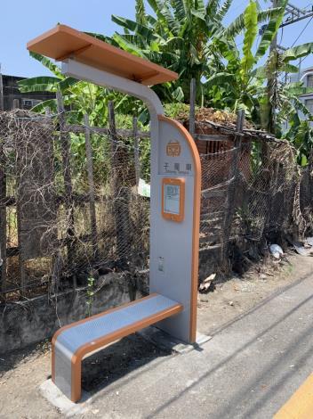 台南市30座太陽能電子紙智慧站牌建置完成上線啟用(共2張)-1