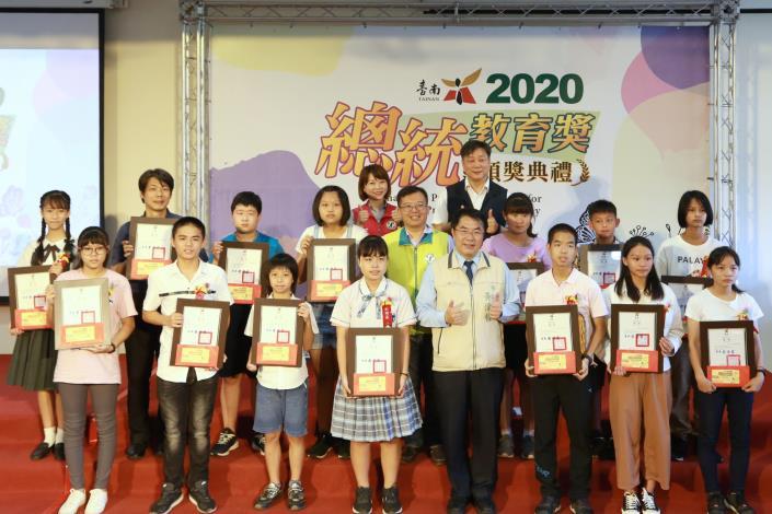 2020總統教育獎頒獎 黃偉哲表揚14位獲獎學生(共3張)-1