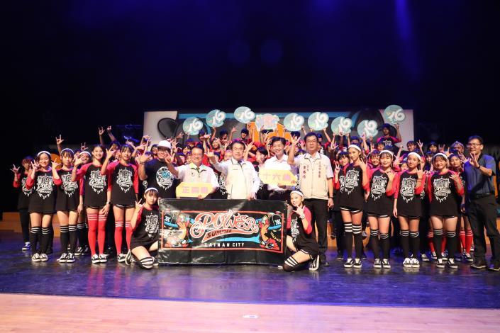 十六歲正青春藝術節聯合舞展 黃偉哲化身青春代言人與年輕學子共舞(共5張)-1