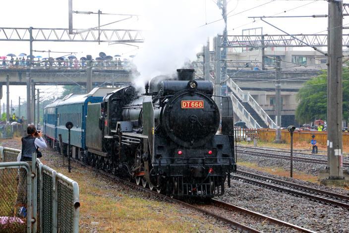 DT668蒸氣列車行駛大台南溪北線