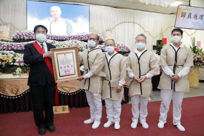 榫卯之間一甲子 黃偉哲出席王永川藝師公祭頒發表揚狀感謝其精神與貢獻