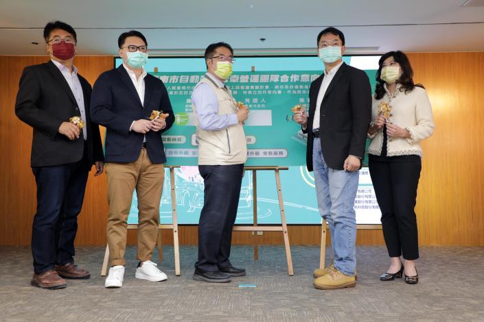 南市自動駕駛公車營運團隊簽署合作意向書  黃偉哲盼自駕公車儘早商轉營運(共4張)-1