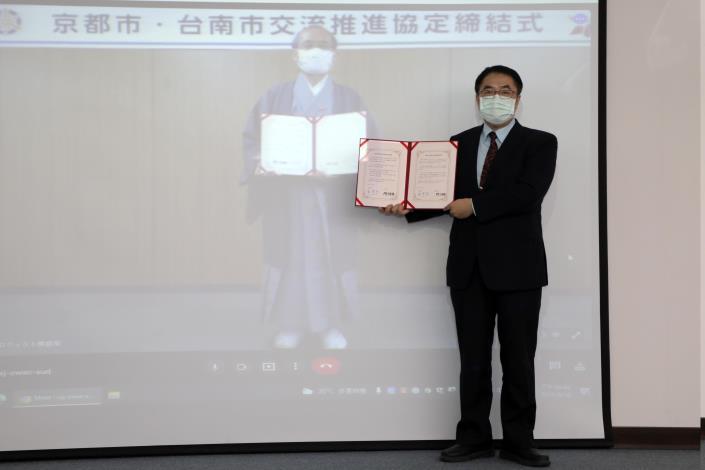 黃偉哲與京都市門川大作市長手持協定書合影