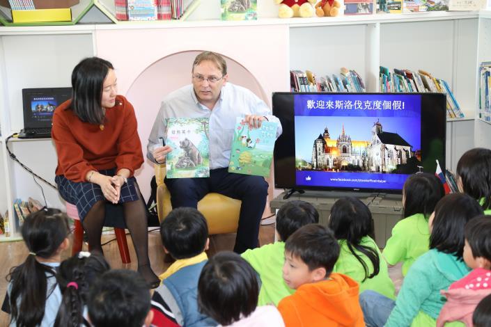 斯洛伐克博塔文代表夫婦2019年南下台南為小朋友導讀斯洛伐克的繪本