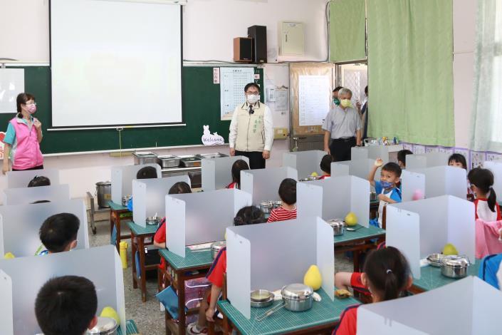市長到校關心學生用餐隔板使用情形