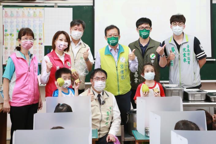 市長與學生進行校園防疫措施有獎徵答