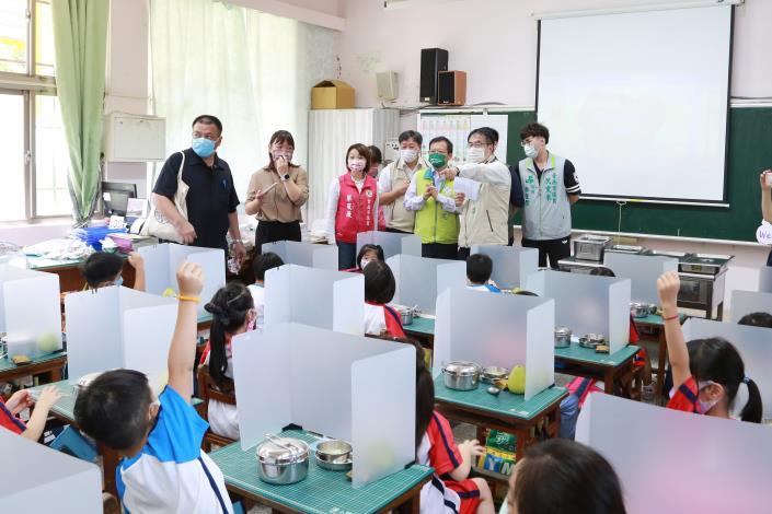 市長到校與學生宣導用餐防疫安全