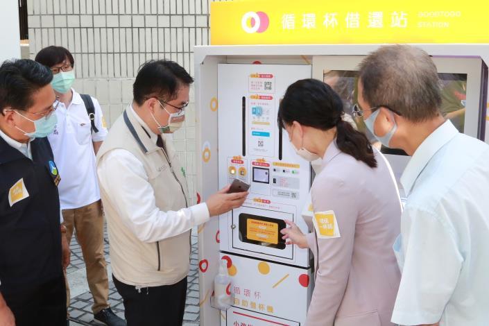 市長操作於麥當勞外的循環使用食器機