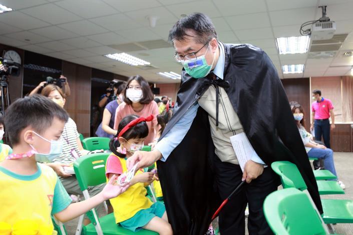 市長發送糖果給幼兒園兒童