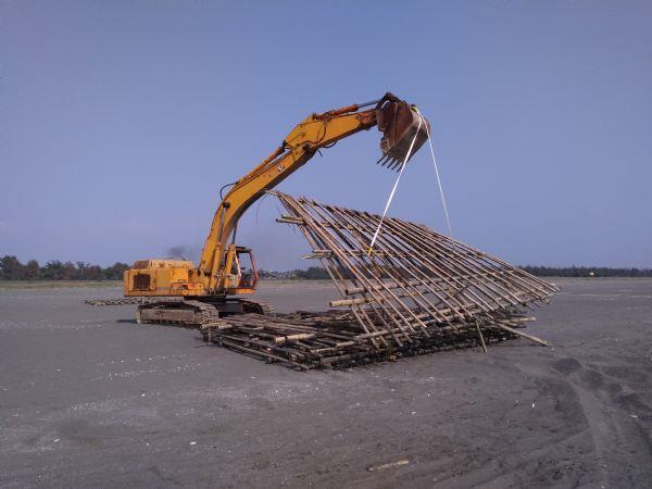 清理海岸蚵架及保麗龍照片1