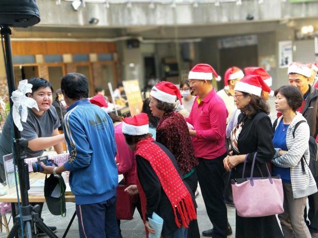 南市勞工局、長榮大學今辦聖誕點燈  照亮青年創業夢(共8張)-1