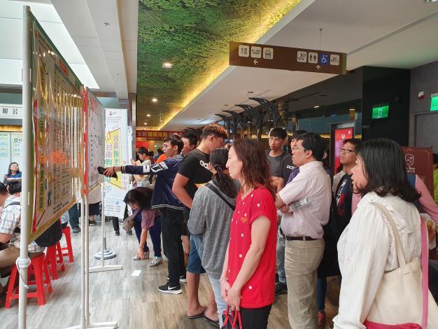 勞工局於南紡購物中心辦理中型徵才活動,釋出1,169個工作機會    吸引近800人參加  媒合率61.6%(共5張)-1