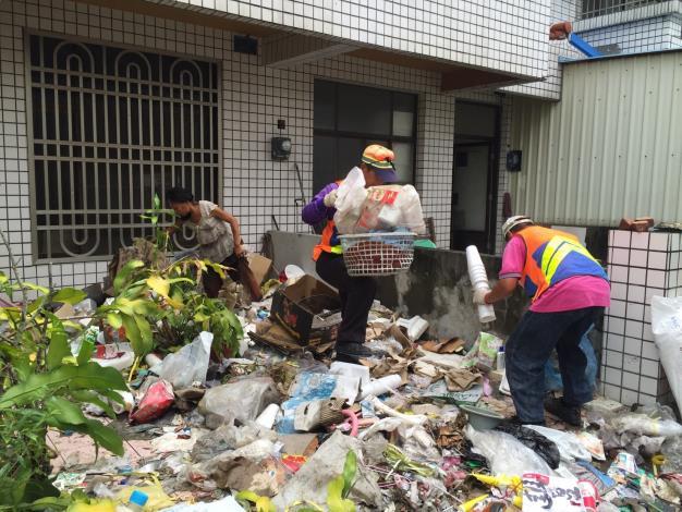 豪雨過後環保局總動員進行環境復原、孳生源清理(共2張)-1