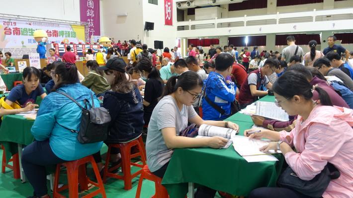 南市勞工局首次於中華醫事科大辦理就博會 醫護長照專區展特色  職缺多元吸引近1800位民眾找頭路(共8張)-1