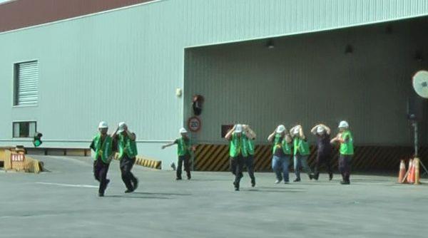 避難引導班將廠內人員疏散