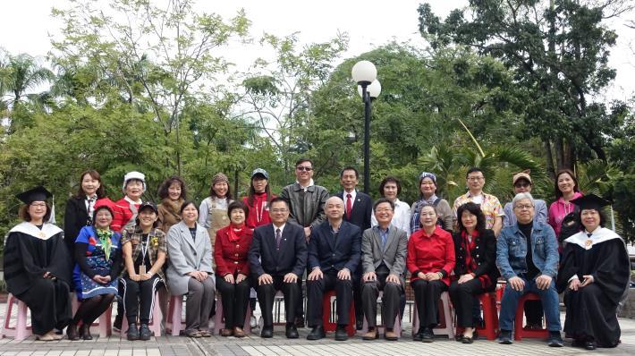 南市「勞工領袖大學」百位勞工領袖身穿學士服歡喜結業(共8張)-1