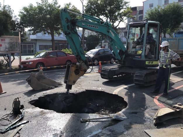 """垃圾車被""""坑""""證實是老舊自來水管破裂-重機具路面開挖"""