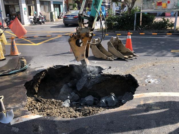 """垃圾車被""""坑""""證實是老舊自來水管破裂-找漏水點"""