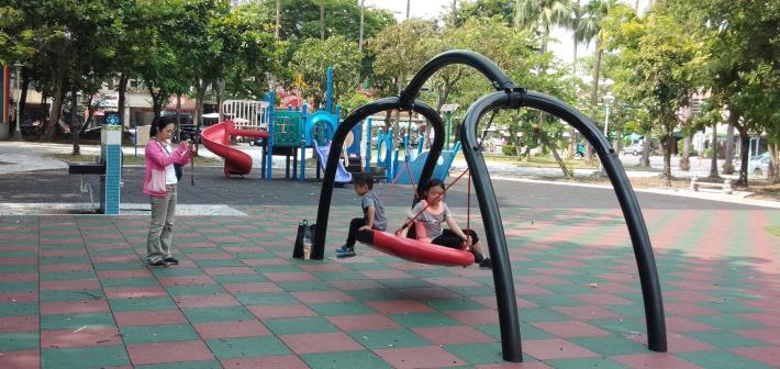 臺南市公園附設兒童遊戲場安全把關不打烊-檢視遊樂設施