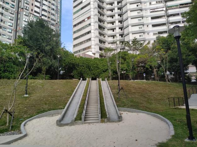 臺南市公園附設兒童遊戲場 安全把關不打烊-檢視水泥溜滑梯