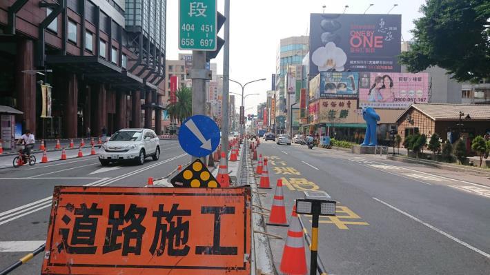 西門路12日起至月底進行路平專案改善工程-新光西門店前