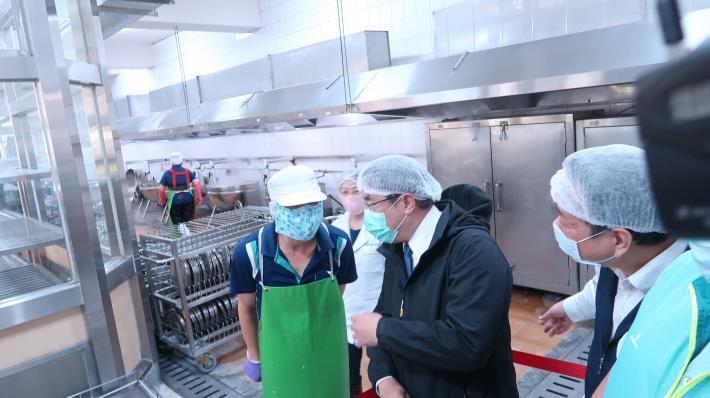 市長黃偉哲關心防疫期間校園食安 到校視察廚房衛生防護 要求務必落實讓家長放心(共2張)-1