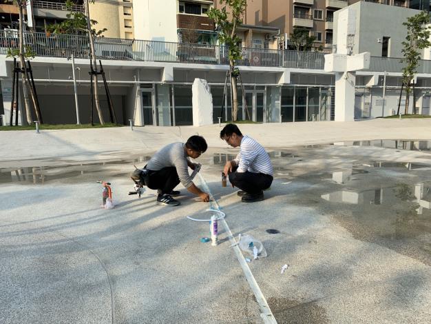 臺南市河樂廣場河道伸縮縫損壞維修-工人施工中