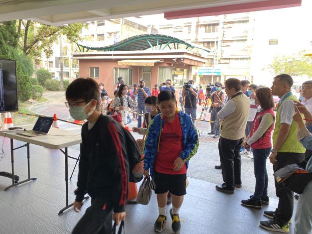 市長黃偉哲關心學校防疫 南市600人以上學校都有紅外線體溫偵測儀(共3張)-1