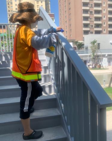 河樂廣場防疫-樓梯扶手清潔