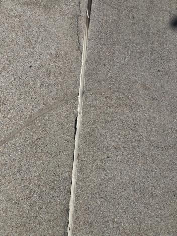 河樂廣場親水池伸縮縫損壞維修前