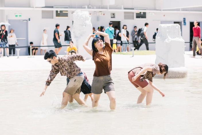 光影之河-光之舞影-舞者於水中演出
