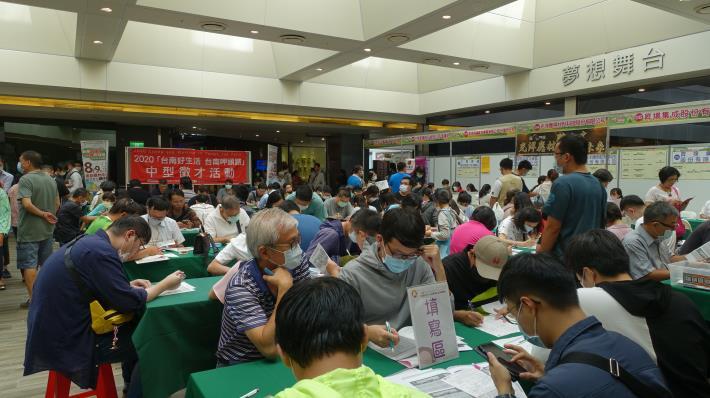 南市勞工局南紡購物中心辦理中型徵才活動,釋出千個工作機會,吸引逾600人參加 。(共5張)-1