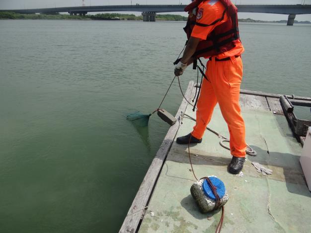 圖1海巡配合出擊曾文溪水域查獲違規蜈蚣網具
