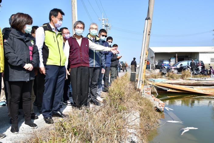 圖1.陳姓漁民(左3)向陳吉仲主委(左2)說明寒害魚損情況